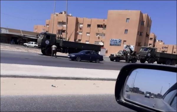 """شاهد بالصور.. إمدادات عسكرية مصرية ل""""حفتر"""" تصل إلى مدينة طبرق الليبية"""
