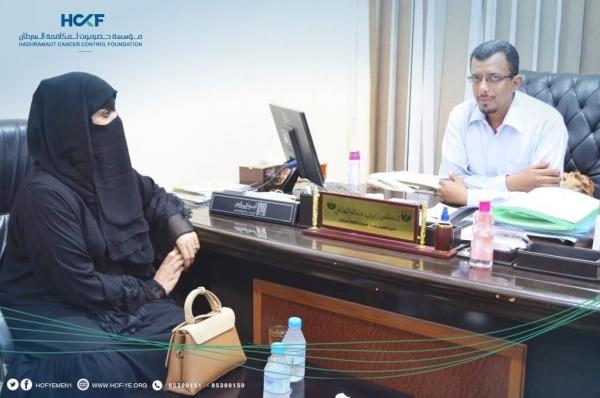 إدارة المرأة بالمهرة تقدم دعمًا ماليًا لصالح مرضى السرطان بالمحافظة