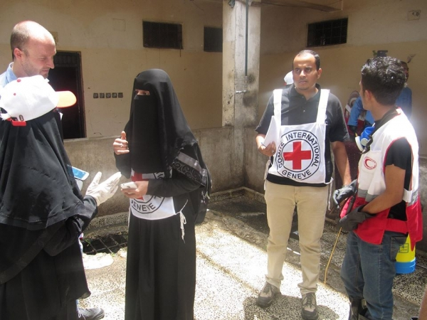 الصليب الأحمر يؤكد استمرار عمله رغم مقتل 3 من موظفيه في حادثة مطار عدن