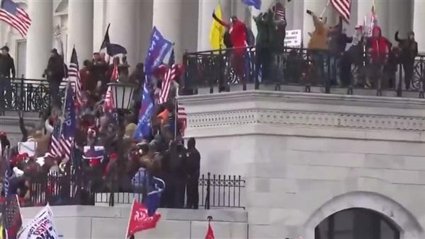 أنصار ترمب يقتحمون الكونغرس والشرطة تطلب دعما أمنيا وتطلق مسيل الدموع على المحتجين