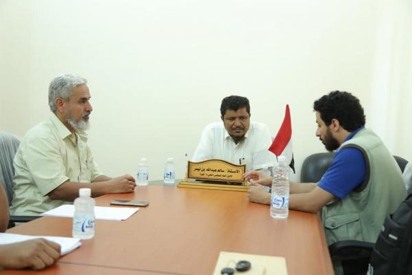 السلطة المحلية بالمهرة تناقش مع منظمة الهجرة تدخلاتها الممكنة في المحافظة