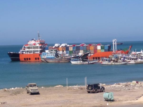 وصول باخرة إماراتية إلى ميناء سقطرى