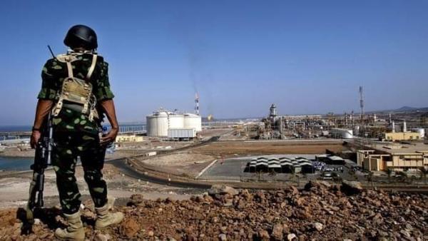 وسط تحليق مكثف للطيران الإماراتي.. القوات الحكومية تستحدث نقاط أمنية في محيط منشأة بلحاف الغازية بشبوة