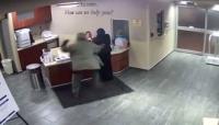 أمريكي يعتدي على فتاة محجبة داخل مستشفى (شاهد)