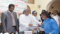 """السلطان """"بن عفرار"""" يبدأ صرف مساعدات مالية للمتضررين من إعصار لبان"""