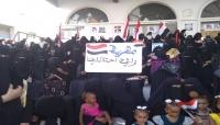 نساء المهرة يتظاهرن ضد الوجود السعودي ومداهمة منازل المواطنين
