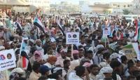 أتباع السعودية والإمارات في المهرة يرفعون علم الانفصال ويتظاهرون ضد الشرعية