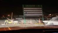 """محتجون غاضبون يزيلون لوحات برنامج """"إعادة الإعمار"""" السعودي في المهرة.. صور + فيديو"""