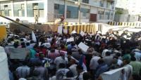 اعتداء على وقفة احتجاجية للمعلمين أمام قصر معاشيق في عدن