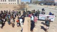 """عسكريون يعتصمون أمام مقر التحالف """"السعودي_الاماراتي"""" بعدن"""