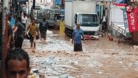 الصليب الأحمر يقدم مساعدات للمتضررين من سيول الأمطار في عدن