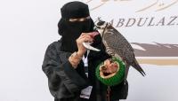 """وسط حشد من الرجال.. امرأة سعودية تقتحم عالم """"الصقارة"""""""