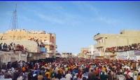 عدد من مسؤولي السلطة المحلية بالمهرة يشاركون احتفالات الكبارة بسيحوت