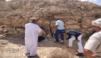 فريق عُماني يطلع على أبرز المعادن والصخور الصناعية التي تمتاز بها حضرموت